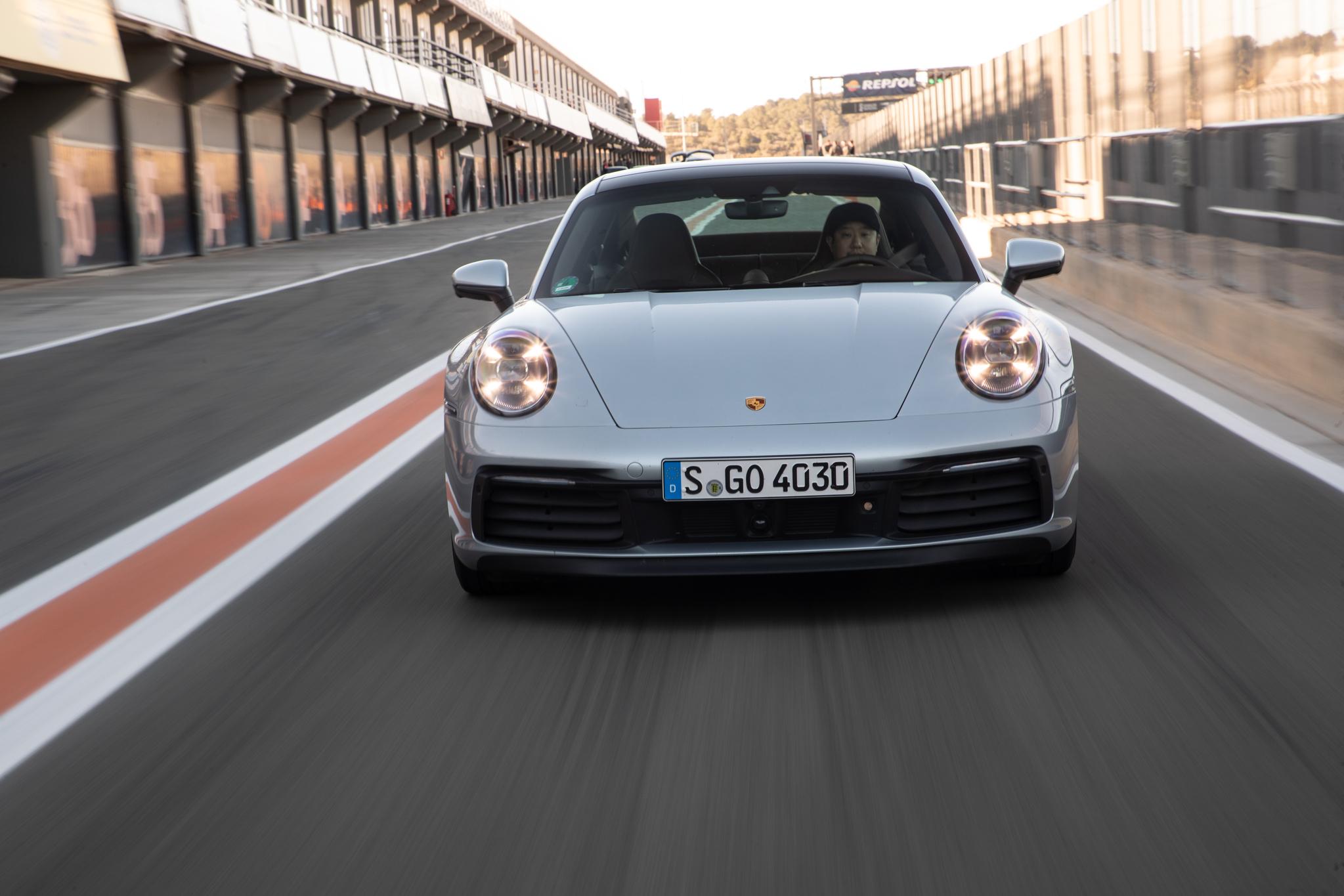 지난 1월 스페인 발렌시아 리카르도 토르모 서킷에서 중앙일보 이동현 기자가 더 뉴 포르쉐 911을 시승하고 있다. [사진 포르쉐]
