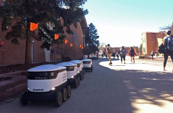 지난 25일 북 애리조나 대학 (Northern Arizona University) 캠퍼스에 음식 배달 로봇이 도열해 있다.로봇이 하루에 수백 명의 학생들에게 아인슈타인 브라더스 베이글 즈, 코 브리 조 멕시코 그릴 등을 학생들에게 배달한다. [AP=연합뉴스]