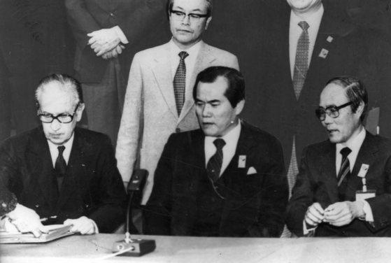 조상호 대한체육회장과 박영수 서울시장이 지켜보고 있는 가운데 후안 안토니오 사마란치 IOC위원장이 30일 88년 하계올림픽을 서울에서 개최한다는 약정서에 서명하고 있다.