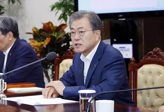 문재인 대통령이 1일 오전 청와대 여민관에서 열린 수석·보좌관 회의에서 발언하고 있다. 연합뉴스