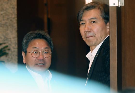 1일 오전 청와대 여민관에서 열린 수석보좌관회의에서 강기정 정무수석(왼쪽)과 조국 민정수석이 회의장 밖에서 대화하고 있다. [청와대사진기자단]