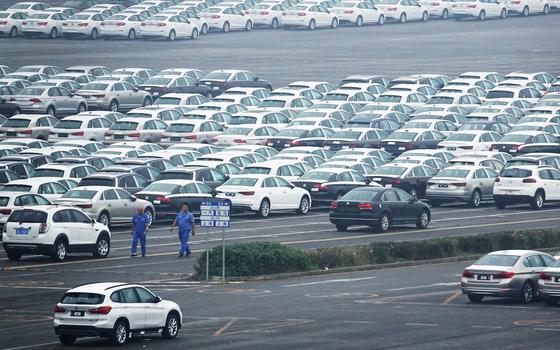 중국 랴오닝성 한 항구에 세워진 자동차들. [로이터=연합뉴스]