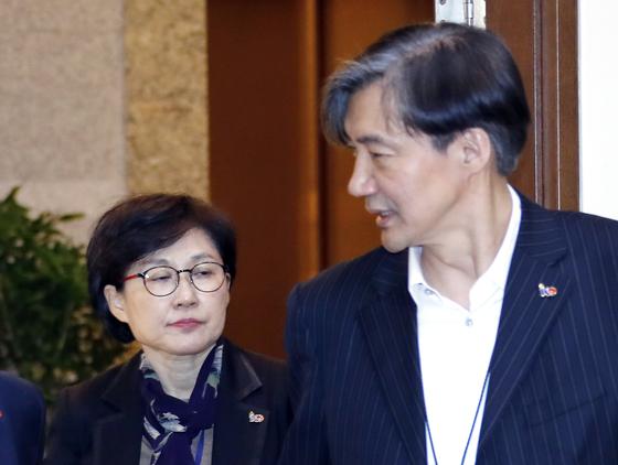 청와대 조국 민정수석(오른쪽)과 조현옥 인사수석이 1일 오전 청와대 여민관에서 열린 수석·보좌관 회의에 입장하고 있다. 연합뉴스