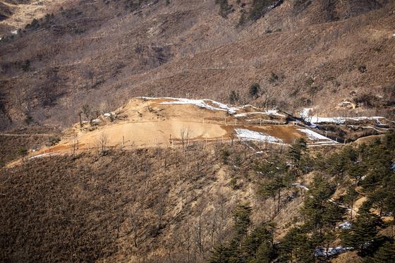 지난 2월 13일 강원도 고성 GP에서 관측된 북한군 GP 철수 자리.[사진공동취재단]
