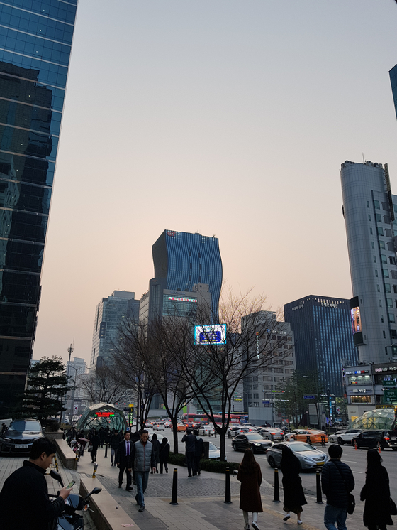 퇴근길까지 여전한 먼지 가득한 하늘. [사진 홍미옥]