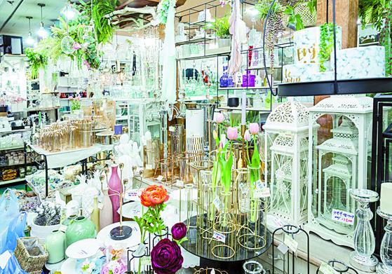 생화 시장 바로 옆에는 인테리어 소품을 파는 가게들이 즐비하다.