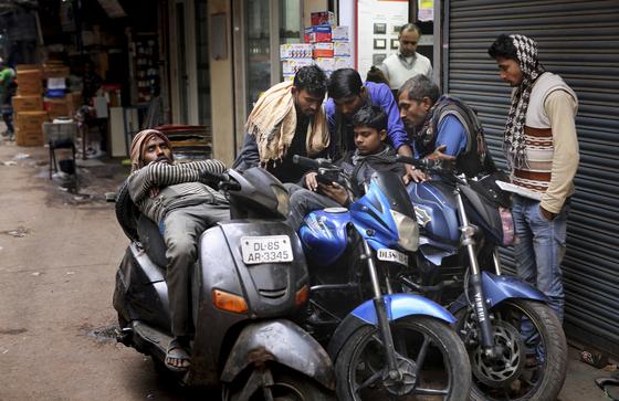 최근 인도 뉴델리에서 함께 스마트폰을 보고 있는 청년들. [AP=연합뉴스]