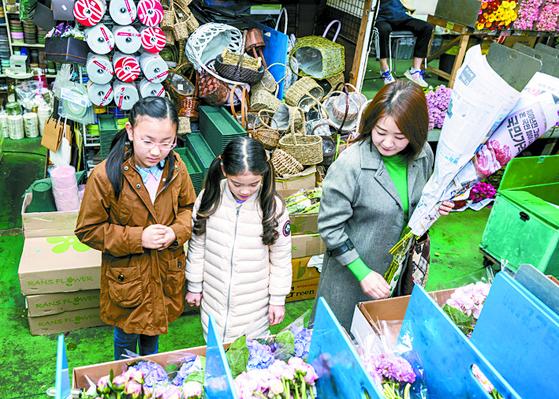 꽃시장에서는 신문지에 싸인 꽃을 들고 다니는 사람들을 많이 볼 수 있다. 꽃을 사면 신문지에 둘둘 말아주기 때문이다. 꽃을 구경할 때 주의할 점은 꽃잎을 손으로 만지지 않는 것이다.