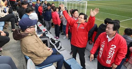 경남FC 경기장 내 유세하는 황교안 자유한국당 대표. [사진 자유한국당 홈페이지 캡처]