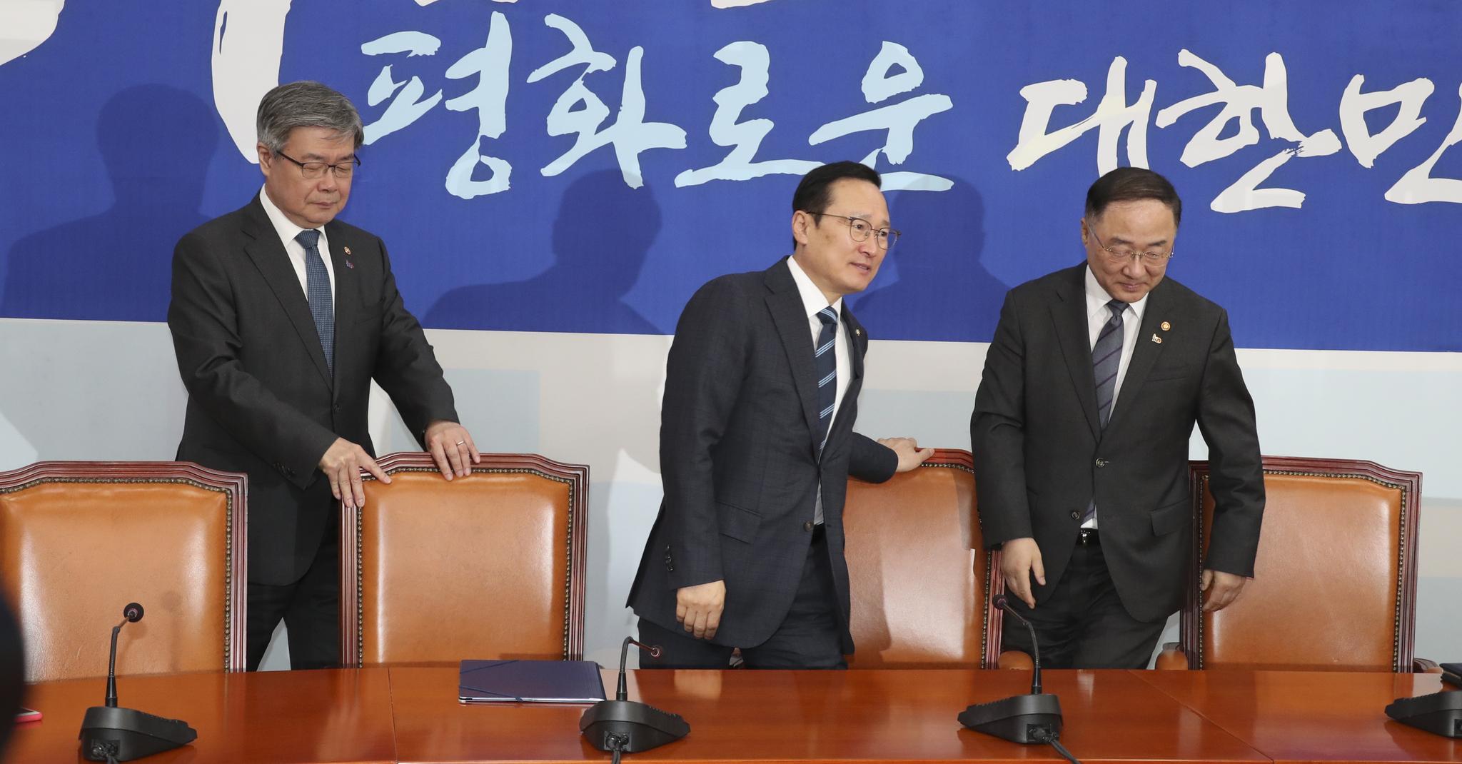 홍남기 경제부총리 겸 기획재정부 장관(오른쪽)과 이재갑 고용노동부 장관(왼쪽)이 1일 국회에서 더불어민주당 홍영표 원내대표를 방문해 자리에 앉고 있다. 임현동 기자