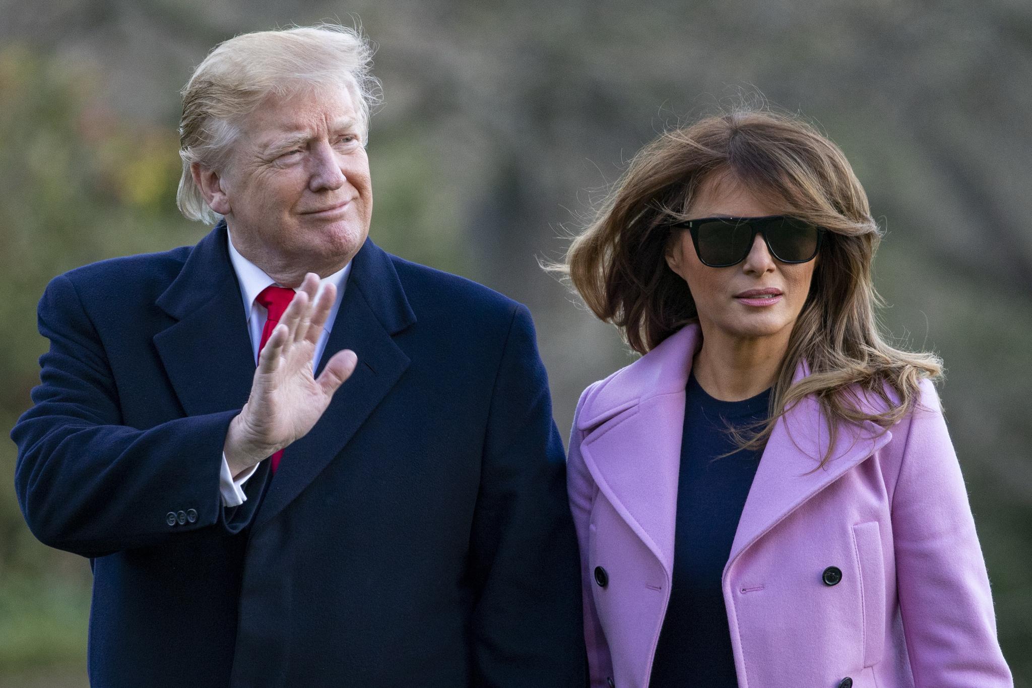 트럼프 미국 대통령과 멜라니아 여사가 31일 주말휴가를 마치고 백악관으로 복귀하고 있다. [EPA=연합뉴스]