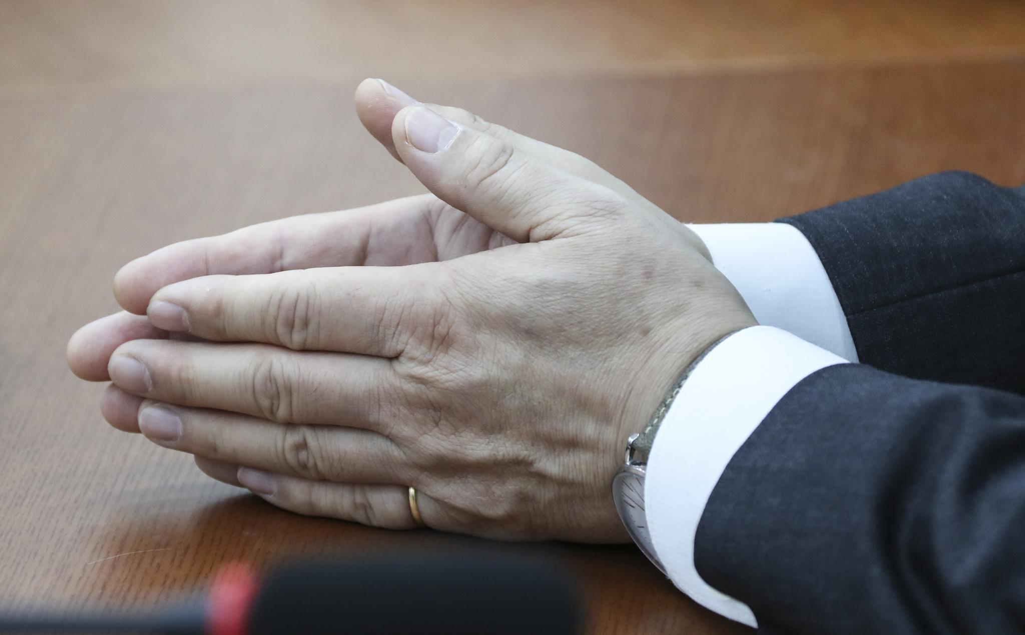 홍남기 경제부총리 겸 기획재정부 장관이 1일 국회에서 바른미래당 김관영 원내대표를 방문해 두 손을 모으고 대화하고 있다.. 임현동 기자