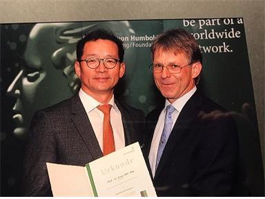 난 3월 29일 독일 밤베르크(Bamberg)에서 개최된 훔볼트 연구상 수상자 심포지엄에서 김종복 경희대 영어영문학과 교수(좌)와 한스 크리스티인 파프(Hans-Christian Pape) 훔볼트 재단 이사장(우).