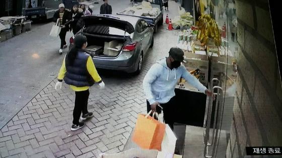 아프리카 국제 사기조직의 일원인 라이베리아인 E(28)가 편취한 돈으로 명품매장에서 쇼핑을 하는 모습. [서울지방경찰청 제공]