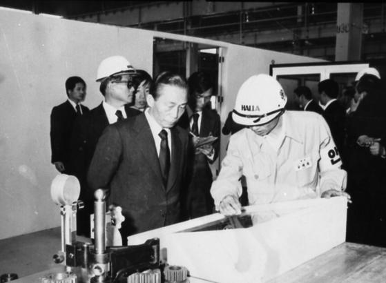 1970년대 경남 창원기계공업단지를 시찰하고 있는 박정희 당시 대통령.        [중앙포토]
