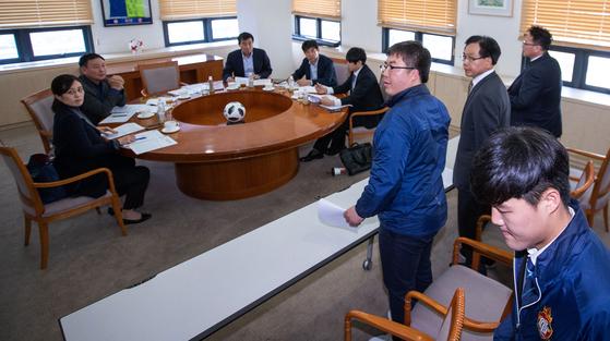 프로축구연맹 상벌위원회에 출석해 소명하는 조기호 경남 FC 대표이사와 구단 직원들. [뉴스1]