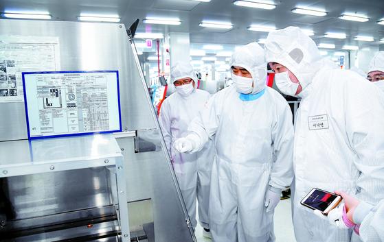 지난달 29일 중국을 방문한 이낙연 국무총리(오른쪽)가 '중국 SK 하이닉스' 충칭 공장을 방문해 관계자의 설명을 듣고 있다. [연합뉴스]