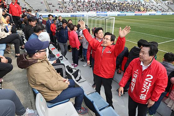 경남FC 경기장 안에서 당명이 적힌 붉은 점퍼를 입고 유세하는 자유한국당 황교안 대표. [사진 자유한국당 홈페이지 캡처]
