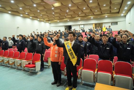 지난달 26일 민주노총 경남본부 대의원 총회에 참석한 정의당 여영국, 민중당 손석형 후보.