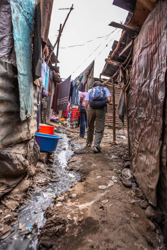 케냐의 수도 나이로비에 위치한 빈민가 키베라의 골목길. 컴패션 후원자와 직원들이 후원 어린이집으로 발걸음을 옮기고 있다. 이곳은 치안이 불안해 외부인은 반드시 무장경찰과 동행해야 한다. [사진 한국컴패션]