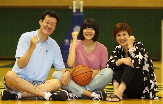 2013년 당시 박지수가 아버지 박상관, 어머니 이수경씨와 함께 찍은 사진. 박상관은 농구선수 출신이고 이수경씨는 배구선수 출신이다. [중앙포토]