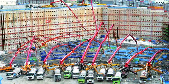 2016년 11월 부산시 해운대구의 한 초고층 빌딩 건설현장에서 기초 콘크리트 타설 작업이 진행되고 있다. [중앙포토]