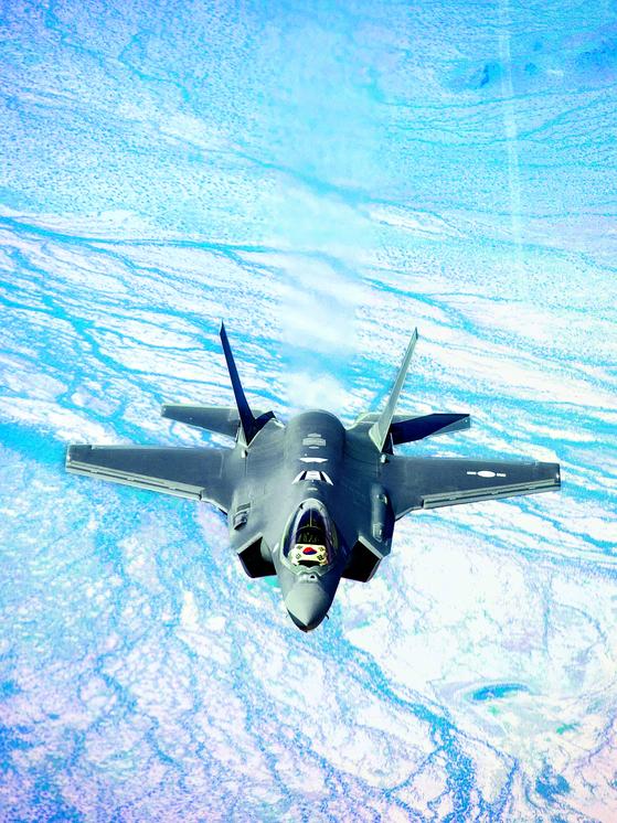 지난달 29일 오후 2시 한국 최초 스텔스기 F-35A 2대가 공군 청주기지에 도착했다. [사진=방위사업청 제공]