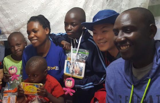 지난해 5월 케냐 나이로비 키베라에서 만난 케냐 컴패션 졸업생 라파엘(사진 맨 오른쪽)과 함께 후원 어린이 가정을 방문했을 때 모습. [사진 한국컴패션]