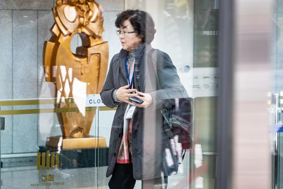 '환경부 블랙리스트' 의혹으로 검찰 수사를 받고 있는 김은경 전 환경부 장관이 2일 서울동부지검에서 열린 3차 소환조사에 출석하고 있다. [뉴스1]
