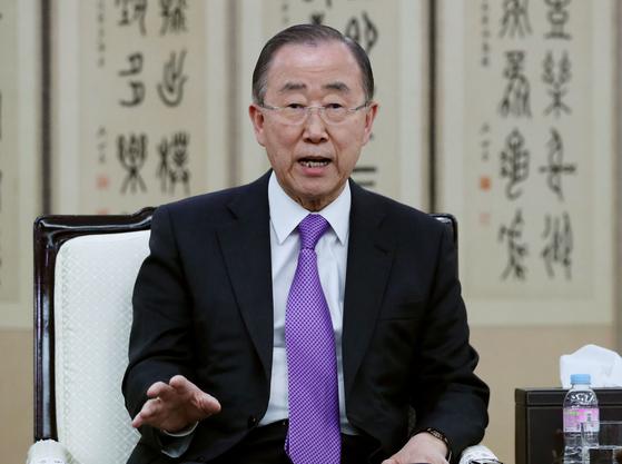 반기문 전 유엔 사무총장이 3일 김포공항에서 미세먼지 해결을 위한 범국가기구 출범 관련 인터뷰를 하고 있다. [뉴시스]