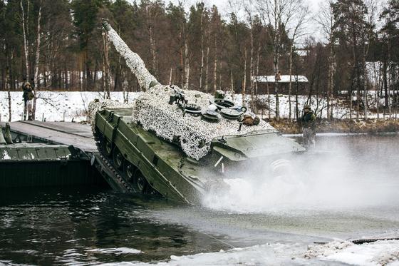 지난해 10월 5만 명이 참가한 가운데 노르웨이에서 열렸던 나토 주도의 트라이던트 연합군사훈련에서 회원국인 노르웨이의 육군 전차가 도하 훈련을 하고 있다. 노르웨이는 국민투표로 유럽연합(EU) 가입은 거부했지만 나토에는 열성적으로 참여하고 있다. 제2차 세계대전 당시 독일에 점령됐던 노르웨이는 당시 지원병을 파병해 함께 싸웠던 영국에 감사의 표시로 매년 런던 트라팔가르 광장의 성탄 트리를 선물할 정도로 동맹의 필요성을 절감한다. [EPA=연합뉴스]