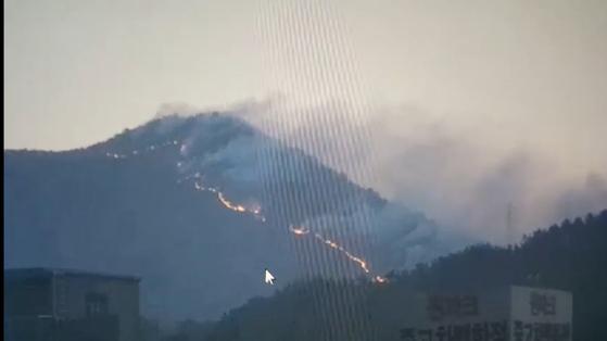 부산 운봉산 화재를 진화 중인 소방당국이 3일 오전 8시 기준으로 약 90% 진화를 완료했다고 밝혔다. [사진 부산경찰청]