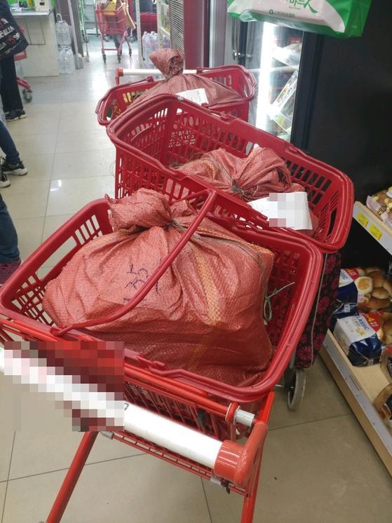 일회용 비닐봉지 사용 금지된 첫날인 1일, 서울 은평구의 한 마트에서는 배달할 물건을 비닐봉지가 아닌 마대자루에 담았다. 박형수 기자
