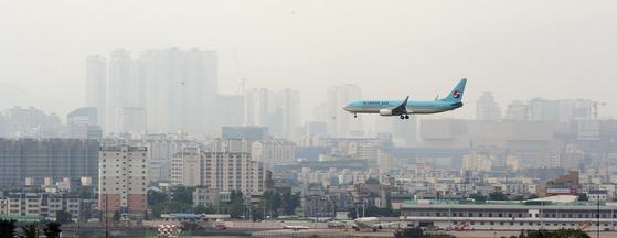 대구 동구의 대구공항 위로 민항기가 착륙하기 위해 고도를 낮추고 있다. [뉴스1]