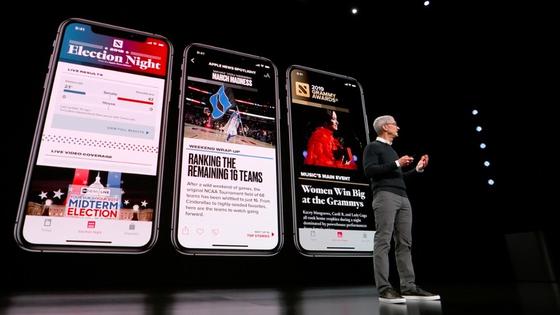 팀 쿡 애플 CEO가 지난달 신제품 공개 이벤트에서 새로운 서비스 '뉴스플러스'를 소개하고 있다. [사진 씨넷]
