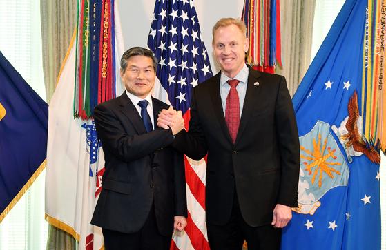 정경두 국방부 장관(왼쪽)이 1일(현지시간) 미국 워싱턴 DC 미 국방부 청사에서 패트릭 섀너핸 국방장관 대행과 손을 잡고 있다. [연합뉴스]