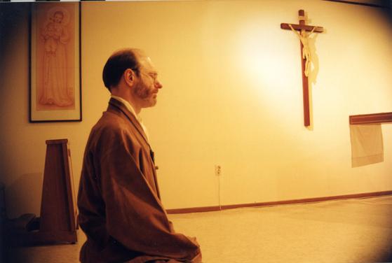 서명원 신부가 그리스도교 영성을 길어올리기 위해 가부좌를 튼 채 명상을 하고 있다. [사진 서명원 신부]