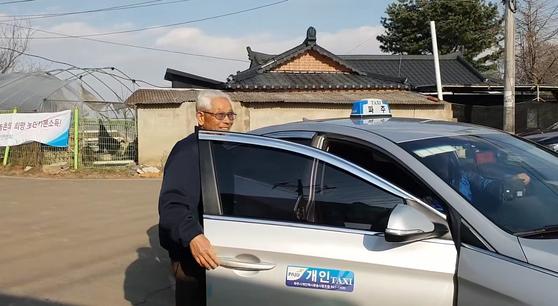 경기도 파주시 적성면 자장리 마을회관 앞 '천원택시' 정류장. 한 마을주민이 택시를 타고 있다. 전익진 기자