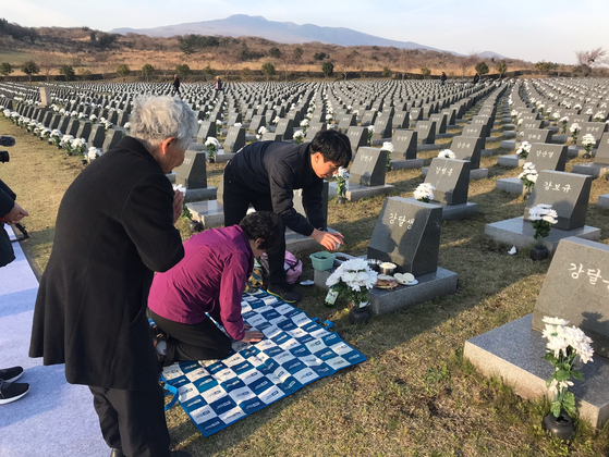 올해 제주 4.3 추념식에 참석한 유족들이 행방불명된 고인의 표석 앞에서 절을 올리고 있다. 최충일 기자