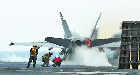 미국 제3함대 소속 칼빈슨호 비행갑판에 F/A-18 전투기가 이륙하고 있다. 9만3400t급 핵추진 항모인 칼빈슨호는 길이 333m, 넓이 40.8m, 비행갑판 76.4m로 F/A-18 전폭기 수십여대를 탑재한다. 미국 최신예 스텔스 전투기 F-35B도 이착륙한다. [중앙포토]