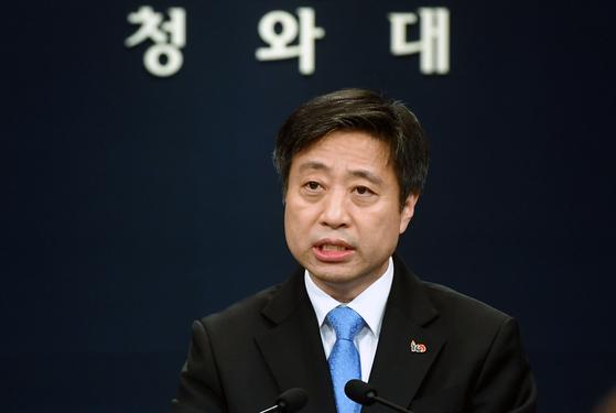 윤도한 청와대 국민소통수석이 지난 1일 정례 브리핑에서 발언하고 있다. [청와대사진기자단]