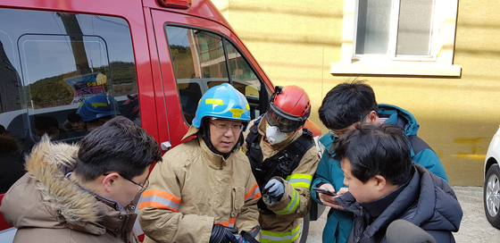 지난 2월 7일 오전 충남 천안시 안서동 다세대 주택 화재 현장에서 소방당국 관계자가 진압상황 등에 대해 설명하고 있다. 신진호 기자