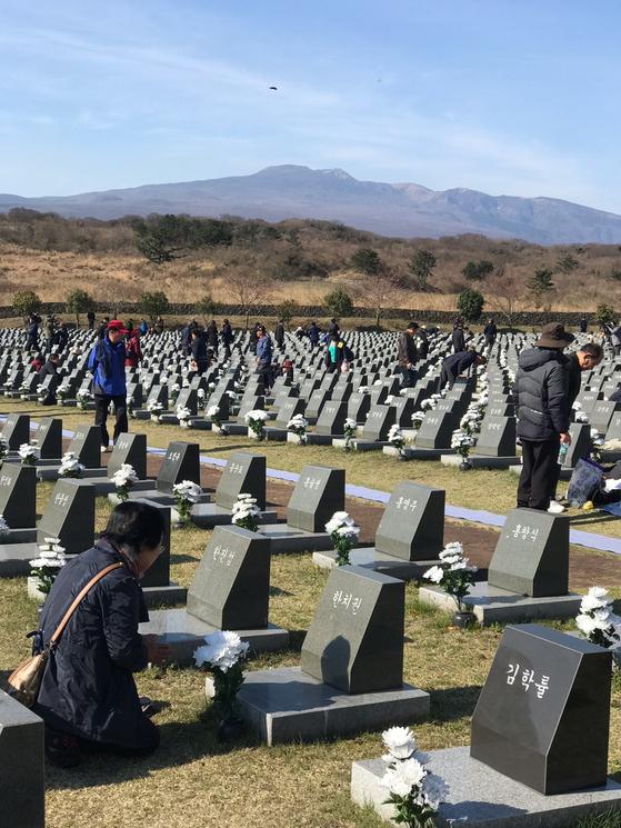 올해 제주 4.3 추념식에 참석한 유족이 행방불명된 고인의 표석 앞에서 절을 올리고 있다. 최충일 기자