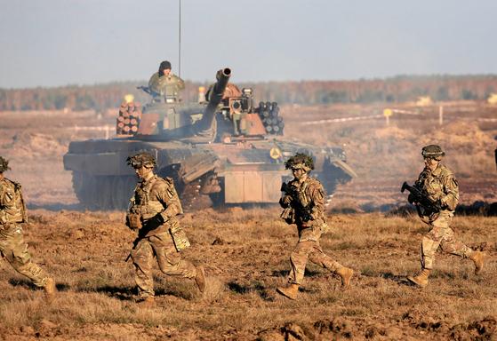 미군과 폴란드군이 2018년 11월 열린 나토 주도의 군사훈련에 함께 참가하고 있다. 폴란드를 비롯해 과거 소련이 주도한 바르샤바 조약기구의 회원국은 러시아를 제외하고는 현재 모두 나토 회원국이다. [로이터=연합뉴스]