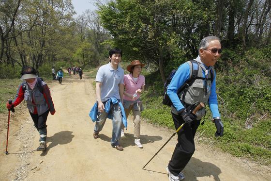 2010년 5월 비무장지내 내 트레킹 코스 평화누리길 개장식 및 걷기행사에서 참가자 들이 임진각역에서 장산전망대를 거쳐 화석정까지 걷고 있다. [중앙포토]