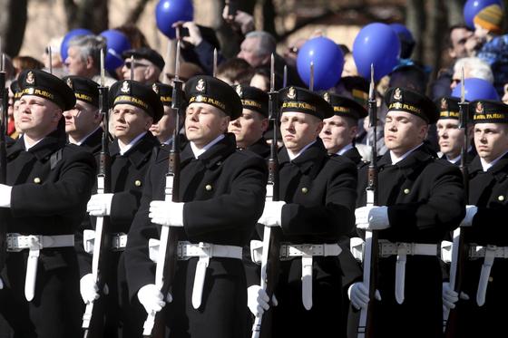 리투아니아 해군 장병이 3월 30일 수도 빌뉴스에서 열린 나토 가입 15주년 기념식에서 거총하고 있다. 1940년 소련에 점령됐다가 1991년 독립한 리투아니아는 서방 군사동맹체인 나토 가입으로 러시아의 압력과 위협에 대처하고 있다. [EPA=연합뉴스]