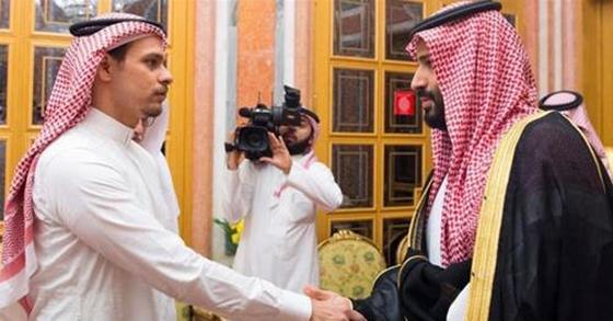 살해된 언론인 자말 카슈끄지의 아들(왼쪽)과 무함마드 왕세자. [SPA통신=연합뉴스]