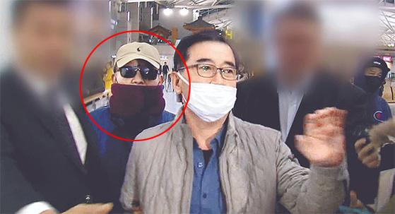 '별장 성폭력·성접대' 의혹을 받는 김학의 전 법무부 차관(원 안)이 지난달 22일 오후 인천국제공항을 통해 태국으로 출국하려다 항공기 탑승 직전 긴급출국금지 조치가 내려져 출국을 제지당했다. 공항에 5시간가량 대기하던 김 전 차관이 23일 새벽 공항을 빠져나가고 있다. [JTBC 캡처]