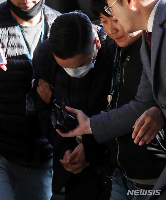 SK그룹을 창업한 고 최종건 회장의 손자인 최모(31)씨가 마약 구매 혐의로 체포돼 지난 1일 오후 인천 미추홀구 인천지방경찰청 광역수사대로 들어서고 있다. 경찰은 2일 최씨에 대한 구속영장을 신청했다. [뉴시스]