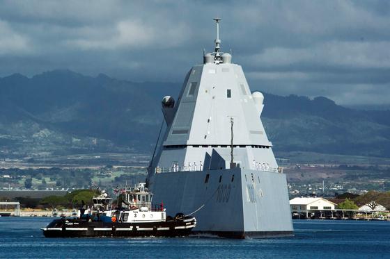 미 해군 최신예 스텔스 구축함인 줌월트함(DDG-1000)이 2일 하와이 진주만 해군기지에 입항하고 있다. 줌월트함 진주만 기지 입항은 처음이다. [AP=연합뉴스]
